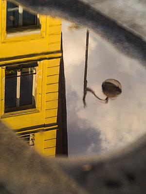 Reflexion in einer Pfütze - p567m1515831 von Alexis Bastin