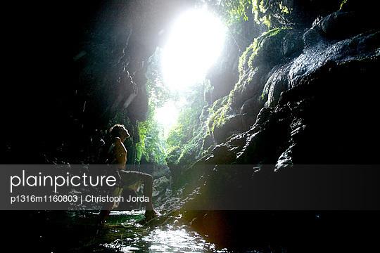 Mann betrachtet kleinen Wasserfall, Denpasar, Bali, Indonesien - p1316m1160803 von Christoph Jorda