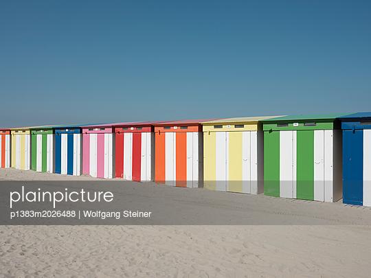 Bunte Strandhäuschen - p1383m2026488 von Wolfgang Steiner