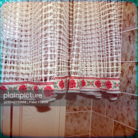 Curtain in bathroom - p230m2152688 by Peter Franck