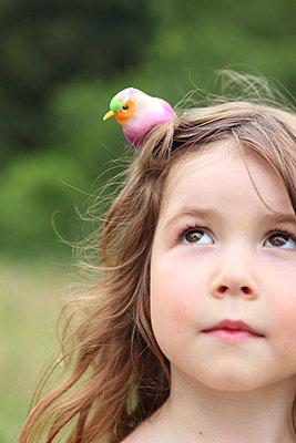 Girl with a bird on her head - p045m944661 by Jasmin Sander