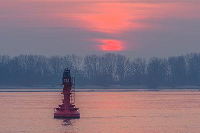 Germany, Hamburg, Wittenbergen, Elbe river and lateral bouy at sunset - p300m1568126 von Kerstin Bittner