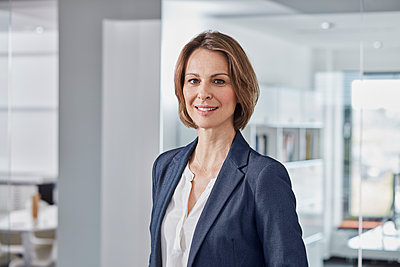 Portrait of confident businesswoman in office - p300m2005430 von Roger Richter