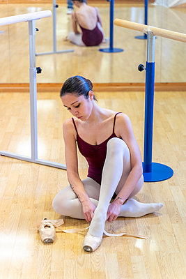 Ballet dancer putting on shoes - p300m2103315 by Francesco Morandini