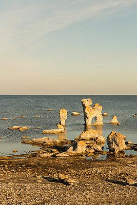Kalksteinfelsen auf Farö - p745m891629 von Reto Puppetti