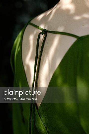 Frau im grünen Kleid - p5200024 von Jasmin Noé