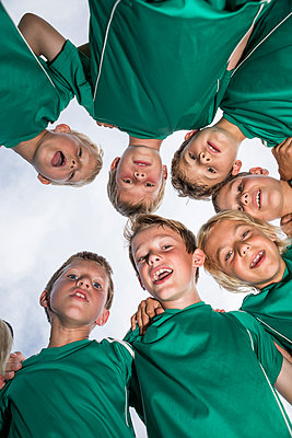 Happy young football players huddling - p300m1581003 by Fotoagentur WESTEND61