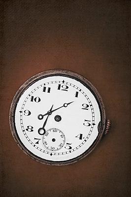 Broken clock - p971m900277 by Reilika Landen