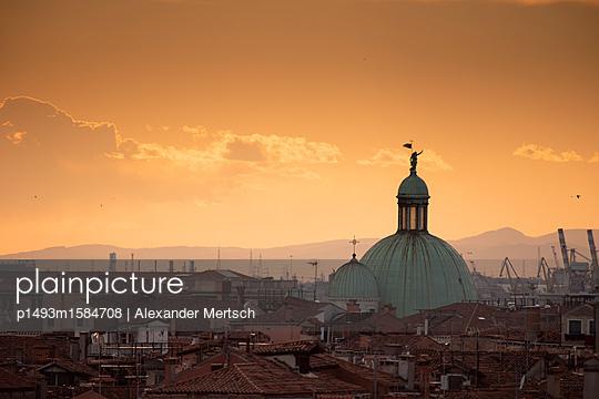 Über den Dächern Venedigs: San Simeone Piccolo Kirche aus der Ferne - p1493m1584708 von Alexander Mertsch