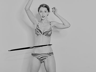 Woman exercising with a Hula Hoop  - p1012m1486602 by Frank Krems