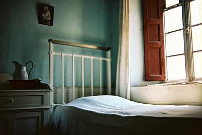 Bett am Fenster - p1270m1114387 von Létizia Le Fur