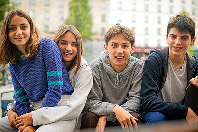 Teenage friends sitting outdoors - p623m2151672 by Gabriel Sanchez