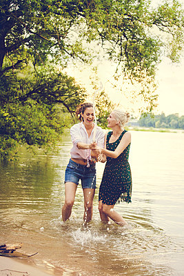Feiern am Fluss - p904m932330 von Stefanie Päffgen