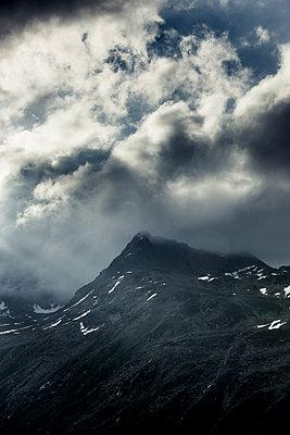 Berggipfel mit Nebel - p248m1452489 von BY