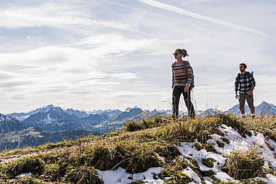 Austria, Tyrol, young couple hiking in the mountains - p300m1562474 by Uwe Umstätter