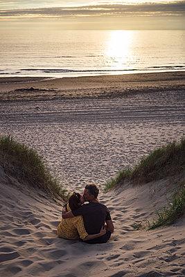 Kuss vor Sonnenuntergang - p305m1169663 von Dirk Morla