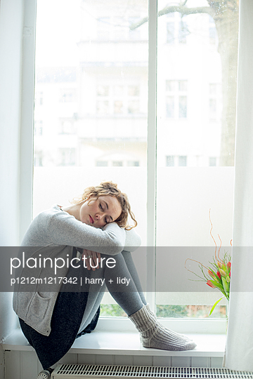 Junge Frau im Fenster - p1212m1217342 von harry + lidy
