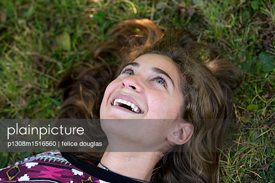 Junges Mädchen im Gras - p1308m1516560 von felice douglas