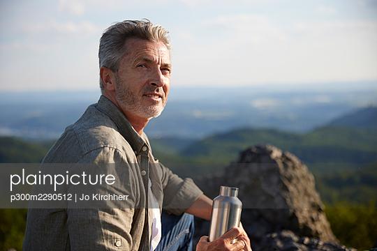 Mature man holding water bottle - p300m2290512 by Jo Kirchherr