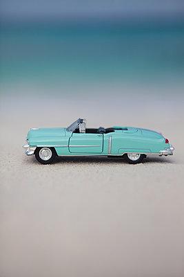 Türkises Cabriolet am Strand - p045m1585995 von Jasmin Sander