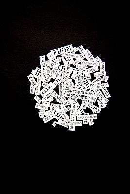 Zettel mit Worten angeordnet in einem Kreis - p1248m1332496 von miguel sobreira