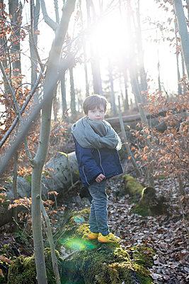 Junge im Wald - p1308m1332349 von felice douglas