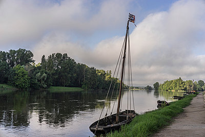 Old Loire boat - p1402m1586319 by Jerome Paressant