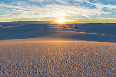 USA, New Mexico, Chihuahua Desert, White Sands National Monument, landscape with person - p300m1417172 by Fotofeeling