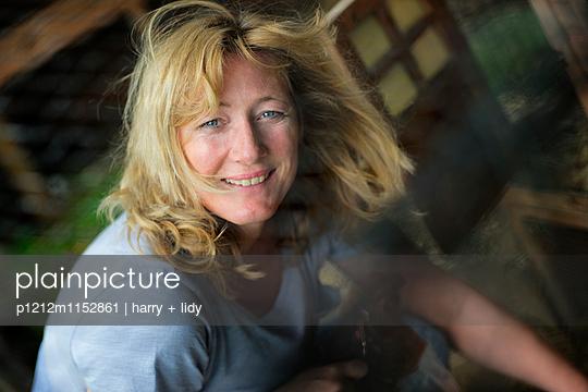 Frau im Stall - p1212m1152861 von harry + lidy