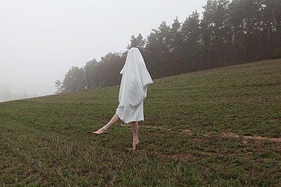 Tanzendes Gespenst in der Landschaft - p1519m2125751 von Soany Guigand