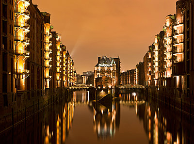 Germany, Hamburg, View of Speicherstadt with Elbe River at night - p300m878332 by Fotofeeling