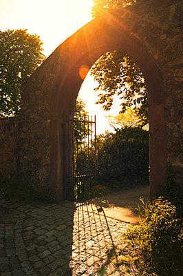 Friedhofstor - p470m1223681 von Ingrid Michel