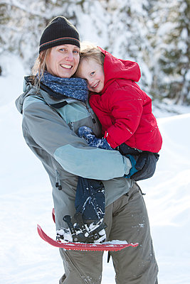 Caucasian mother and son snowshoeing - p555m1305965 by John Lee