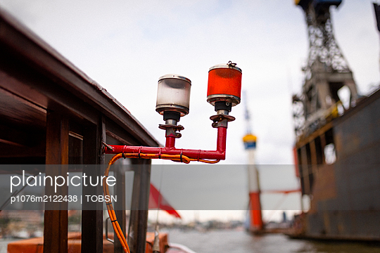 positioning light ant a barge - p1076m2122438 by TOBSN