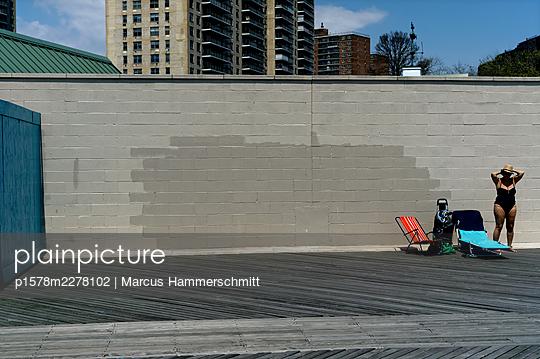 Sunbathing in the city, New York City - p1578m2278102 by Marcus Hammerschmitt