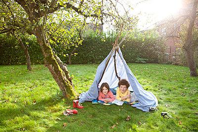 Kinder in selbstgebauten Zelt - p1156m960687 von miep