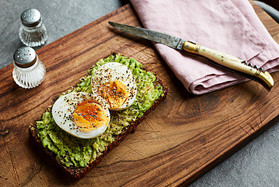 Egg bread and knife placed on cutting board - p1276m1200468 by LIQUID