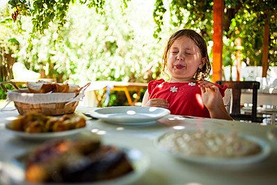 Kind im Restaurant - p1386m1452207 von beesch