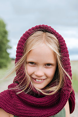 Portrait of smiling blond girl with round scarf - p300m2206708 by Ekaterina Yakunina