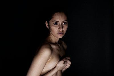 Portrait einer jungen Frau - p341m660661 von Mikesch