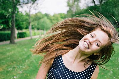 Young woman shaking hair - p586m1041887 by Kniel Synnatzschke
