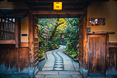 Gion district, Kyoto, Kyoto prefecture, Kansai region, Japan. Traditional house's courtyard. - p651m2062130 by Marco Bottigelli
