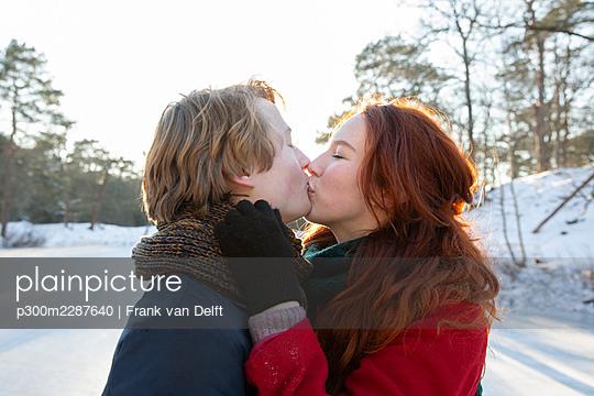 Netherlands, Vught, Vughtse Hei, ginger girl and boyfriend iceskating - p300m2287640 von Frank van Delft