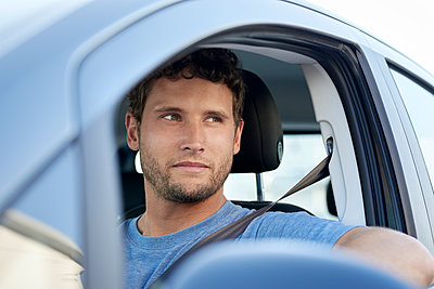 Young man in car - p1124m1510922 by Willing-Holtz
