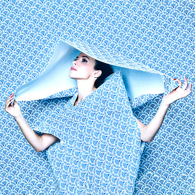 Woman under blue wallpaper, portrait - p1413m2217534 by Pupa Neumann