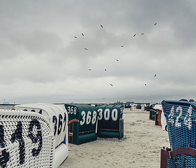 Germany, East Frisia, Neuharlingersiel, Hooded beach chairs at the beach - p300m1581481 von Dirk Wüstenhagen
