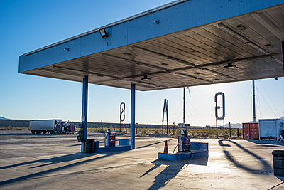Empty gas station in remote landscape - p555m1411218 by Alberto Guglielmi