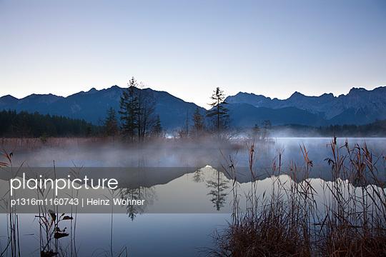 Morgennebel, Blick über den Barmsee auf Soierngruppe und Karwendelgebirge, bei Mittenwald, Bayern, Deutschland - p1316m1160743 von Heinz Wohner