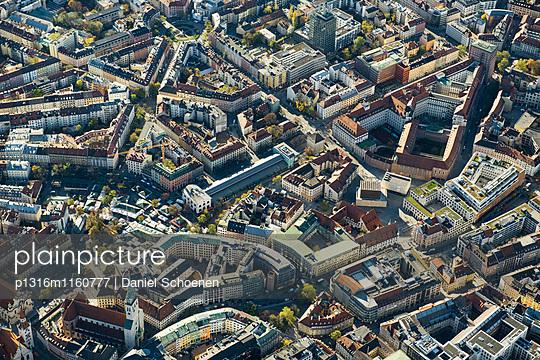 Luftaufnahme der Innenstadt, München, Bayern, Deutschland - p1316m1160777 von Daniel Schoenen