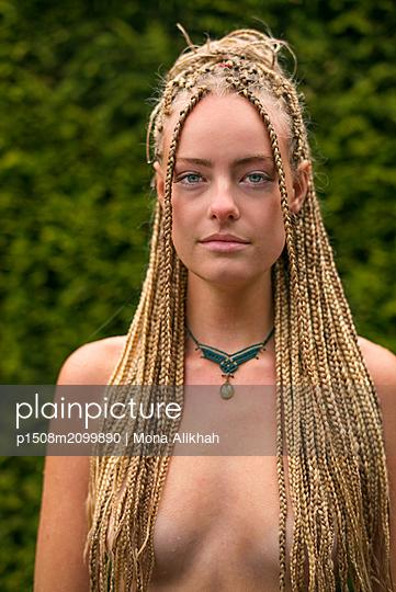 Young woman with dreadlocks - p1508m2099890 by Mona Alikhah